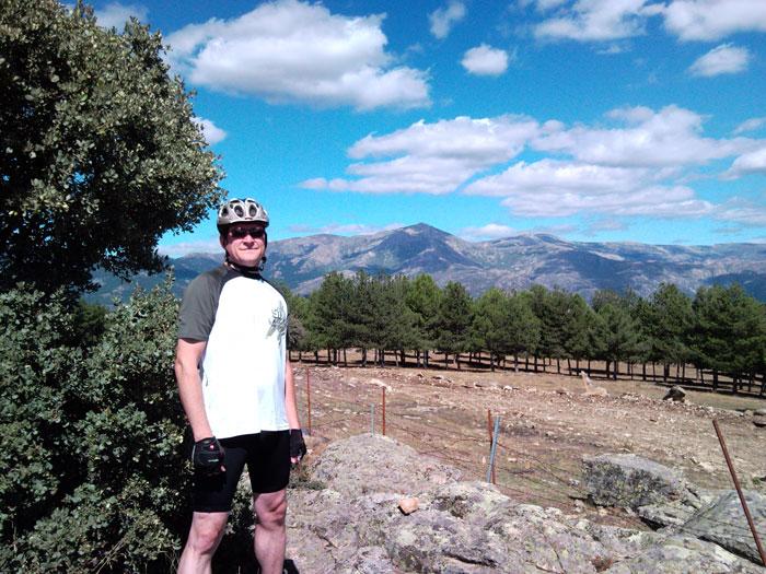 Coronando lo alto de Cabeza Mediana (1331 metros) con la Bola y Maliciosa al fondo